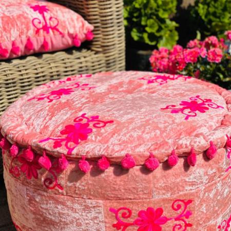 Oosterse poef roze nu bij Oosterse lampen online verkrijgbaar | Zachte Rayon velvet stof | Kleurrijke Oosterse poefen | Oosterse zitpoef | Oosterse poef | Sundar